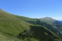 Podemos distinguir como el camino avanza llano por la ladera de la montaña.