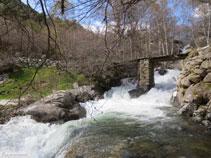 Vista del puente de madera, en mal estado de conservación.