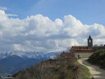 Vista de Viliella con la sierra del Cadí al fondo (S).