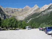 El aparcamiento del valle de Pineta. Al fondo se ve el circo de Pineta.