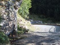 La pista va remontando el valle y se acerca al barranco de los Churros.