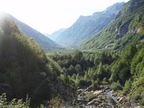Si giramos la cabeza veremos la característica forma de U del valle de Pineta, excavado por el hielo hace 15.000 años.