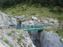 Puente que cruza el espectacular barranco de los Churros, por donde bajan las aguas del Cinca.
