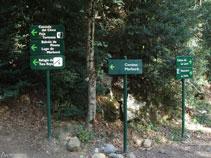 Diferentes señales indicadores. Subimos hacia la cascada del Cinca.
