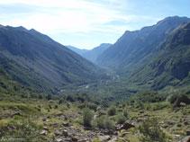 Disfrutamos de vistas privilegiades del valle de Pineta. Hoy tan verde, cuesta imaginar que hace 15.000 años aquí había un glaciar inmenso.