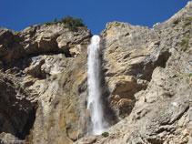 Desde debajo de la cascada vemos como cae el chorro de agua.