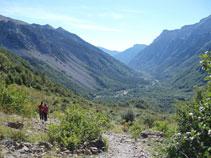 Al fondo se ven las profundidades del antiguo valle glaciar de Pineta y un curso de agua plateado, el mismo río Cinca.