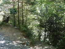 Tomamos el senderó que desciende siguiendo los diferentes saltos de agua que forma el río Lalarri.