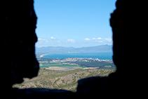 Vistas del golfo de Roses y la Escala entre dos almenas, desde el camino de ronda del castillo.