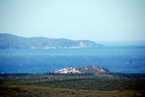 Macizo del Montgrí, montaña de Montgó con la torre, golfo de Roses y cabo de Norfeu.