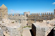 Vistas desde la torre SE del castillo: patio de armas, camino de ronda y torre NO.