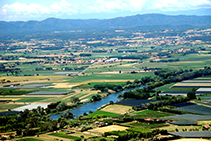 Llanura aluvial del Ter con el macizo de las Gavarres en último término.