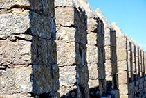 Almenas del ala S del castillo.