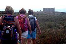 Senderistas dirigiéndose al castillo del Montgrí, desde el Montplà.