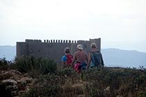 Senderistas avanzando por el Montplà, antes de descender al collado de Garrigars.