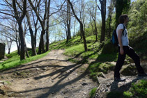 Dejamos atrás el camino que rodea el monasterio y tomamos un sendero que sube por la ladera de la montaña (S).