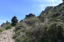 Primeras paredes que nos encontramos del castillo de Sant Salvador.