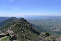 Vistas del golfo de Rosas (fondo) y de la cota 670m (en primer término) desde el castillo de Sant Salvador.