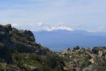 El macizo del Canigó, bien presente delante nuestro durante el primer tramo de descenso.