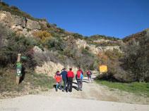 Iniciamos la excursión andando por la pista de tierra.