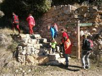 Dejamos la pista e iniciamos la subida por el camino viejo al castillo de Sant Gervàs.
