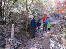 El camino hace algunos rodeos protegido con viejos muros de piedra seca.