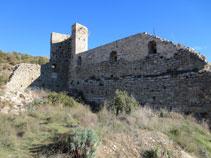 Torre semicircular y muralla perimetral.