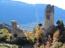 La torre circular central y una de las torres semicirculares del castillo de Sant Gervàs que aún siguen en pie.