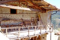Detalle del porche de un casa del pueblo.