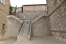 Escaleras que hay al lado del museo.