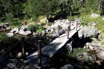 Cruzamos el río Aiguamòg por un puente de madera.