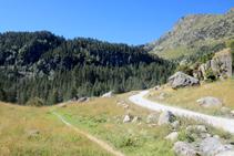 El sendero avanza muy cerca de la pista asfaltada.