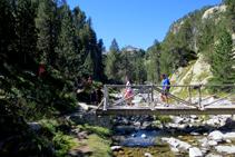 Cruzamos un puente de madera y giramos a la derecha barranco arriba.