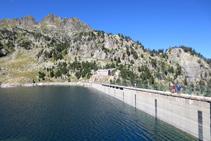 Presa y lago Major de Colomèrs. Al fondo, el refugio antiguo de Colomèrs.