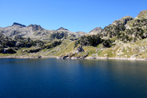 Panorámica del lago Major de Colomèrs con el refugio de Colomèrs en la otra orilla del lago.
