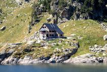 El refugio de Colomèrs se encuentra alzado por encima del lago, con unas vistas inmejorables del entorno.
