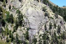 Detalle de una pared granítica pulida con estrías de grandes dimensiones que nos indican el sentido de avance del hielo.