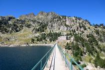 Cruzamos la presa, al fondo el refugio viejo de Colomèrs.