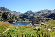 Llegando al refugio nuevo de Colomèrs, al fondo el pico de Ratera.