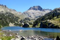 Lago Long con el hermoso pico de Ratera al fondo.