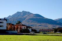 El Puigsacalm sobre el pueblo de Les Preses.