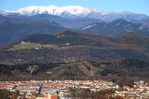 El macizo del Canigó sobre la ciudad de Olot.