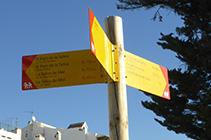 Cartel que nos indica la dirección hacia el Puerto de la Selva.