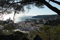 Cadaqués con el trasfondo del mar Mediterráneo.