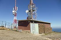 Antenas de telecomunicación instaladas en la cima de la Montaña Negra.