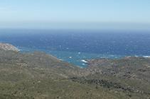 Vistas al N de la costa del Cabo de Creus y el mar Mediterráneo, con el entrante de Tavallera en primer plano.