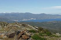 Vistas del Puerto de la Selva y del macizo de la Albera, aún blanco por las nevadas del invierno.