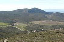 Vistas del Mas Sa Perafita y los viñedos de la bodega Martín Faixó.