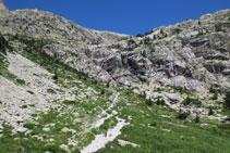 Ante nosotros, las paredes de roca y la cascada del Fraile.