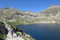 Bordeamos el lago hasta su extremo noroccidental.